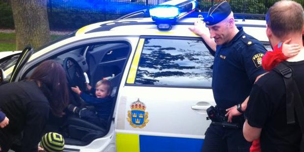 Polis gör spontanbesök hos barn