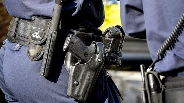 Går den där polisen fortfarande omkring beväpnad?